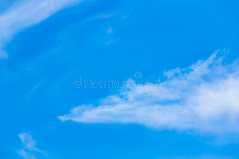 Powietrze chmurnieje w niebieskim niebie fotografia stock