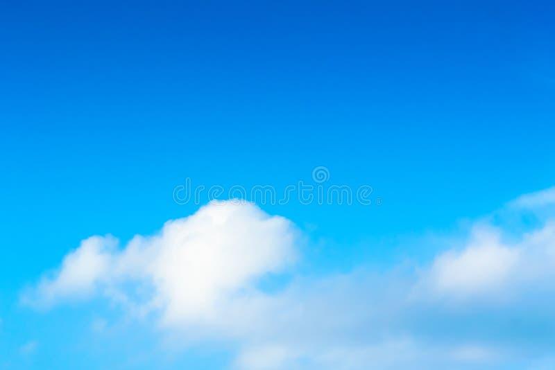 Powietrze chmurnieje w niebieskim niebie obrazy royalty free