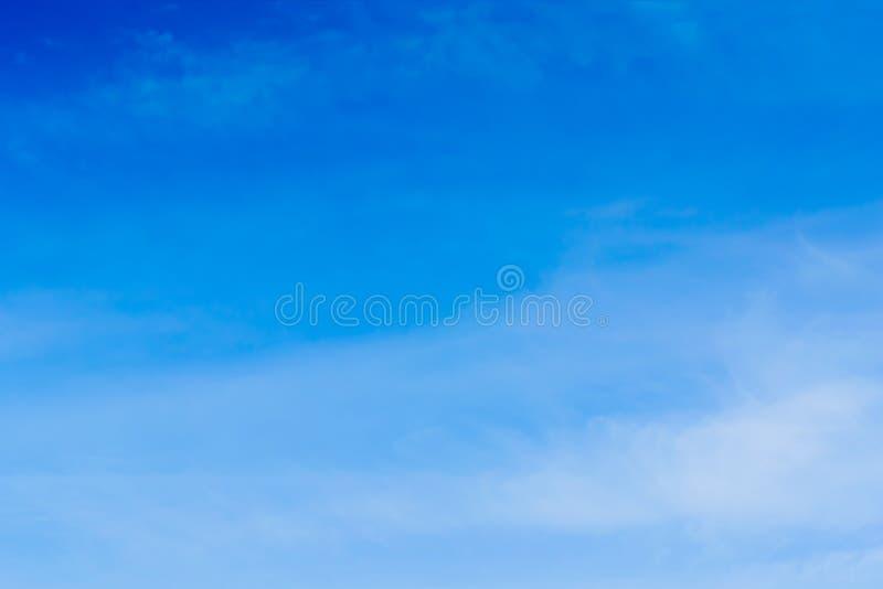 Powietrze chmurnieje w niebieskim niebie zdjęcie stock