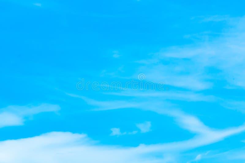 Powietrze chmurnieje w niebieskim niebie obraz royalty free