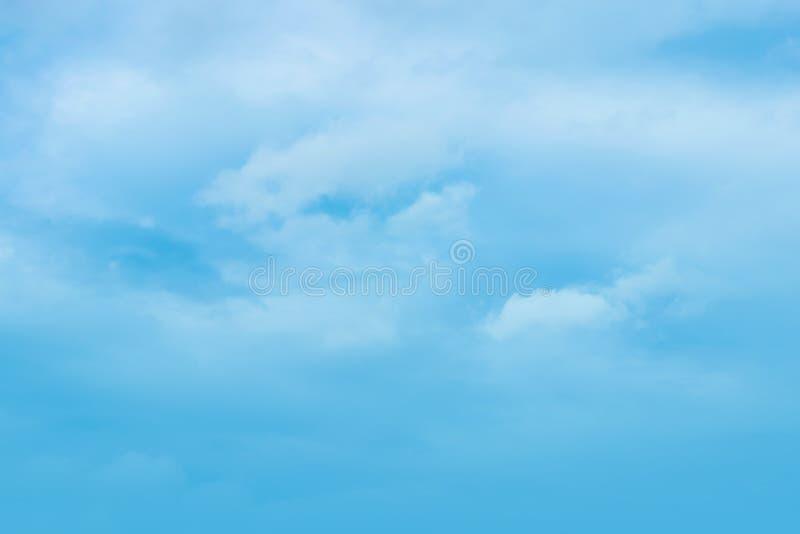 Powietrze chmurnieje w niebieskim niebie zdjęcia stock
