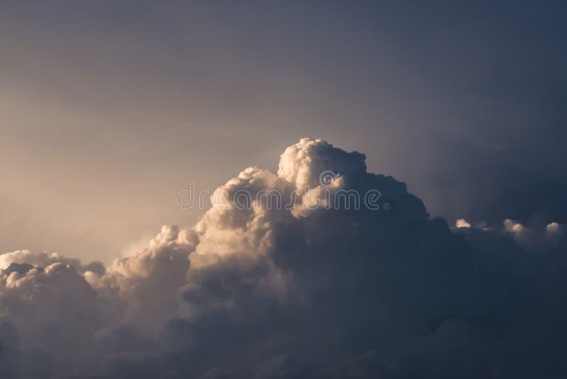 Powietrze chmury kontrpara przeciw niebieskiemu niebu obrazy stock