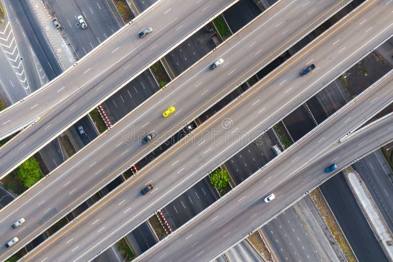 Powietrzna fotografia multilevel podwy?szony autostrady z??cza autostrady omijanie przez nowo?ytnego miasta w wielosk?adnikowych  obraz stock