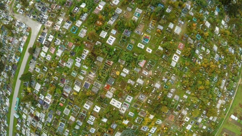 Powietrzna fotografia pokazuje headstones cmentarniany cmentarz i nagrobki grób niektóre jesteśmy z kwiatami długo zdjęcie royalty free