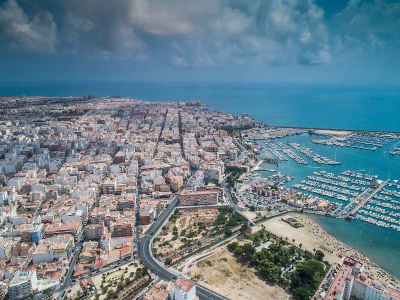 Powietrzna fotografia schronienie, mieszkaniowi domy, autostrady i morze śródziemnomorskie Torrevieja, Wysokiego kąta widoku sław obraz stock