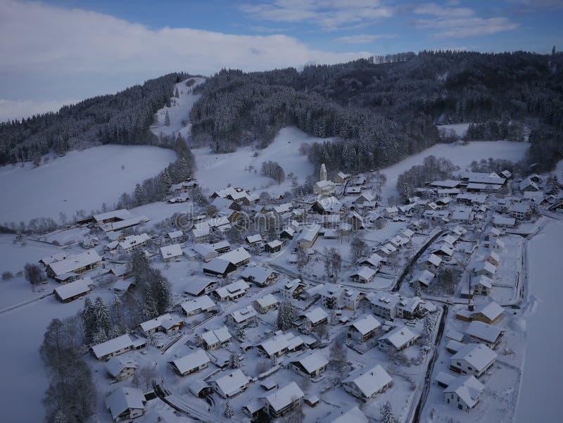 Powietrzna fotografia wioska w zimie zdjęcia stock