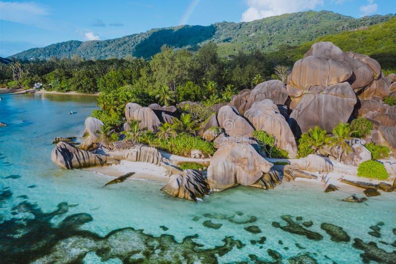 Powietrzna fotografia zadziwiający granit Kołysa na pięknego raju Anse źródła tropikalny plażowy d Argent przy losu angeles Digue obraz royalty free