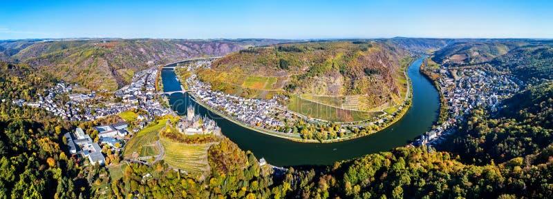 Powietrzna panorama Cochem z Reichsburg kasztelem i Moselle rzeką Niemcy obrazy royalty free