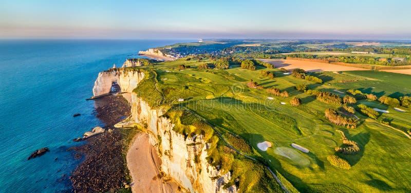 Powietrzna panorama kredowe falezy przy Etretat, Normandy -, Francja obrazy royalty free