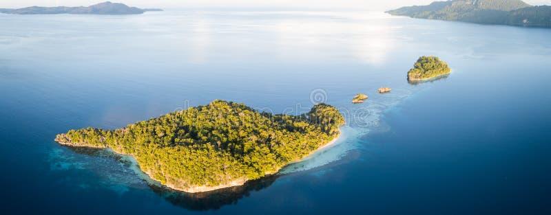 Powietrzna panorama wyspy w Raja Ampat fotografia stock