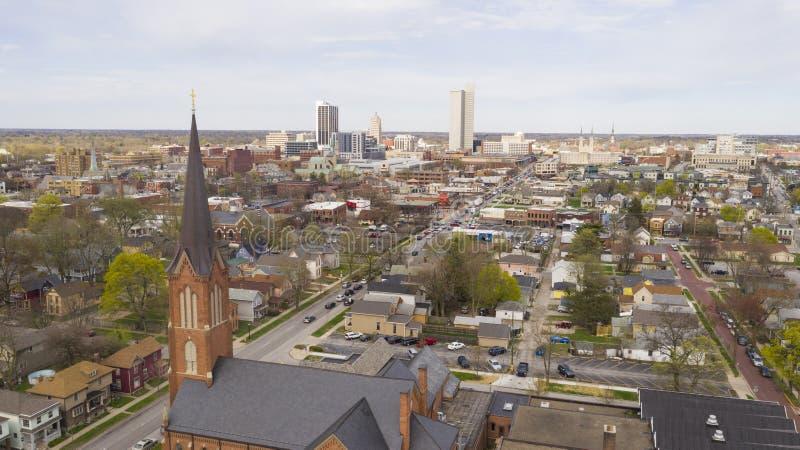 Powietrzna perspektywa Nad Miastowym centrum miasta linia horyzontu w Fort Wayne Indiana zdjęcie stock