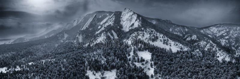 Powietrzna truteń fotografia - Piękny śnieg zakrywał Flatirons góry w zimie głaz Colorado zdjęcie royalty free