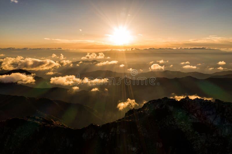 Powietrzna truteń fotografia - zmierzch nad Południowymi Japońskimi Alps, Japonia zdjęcia stock