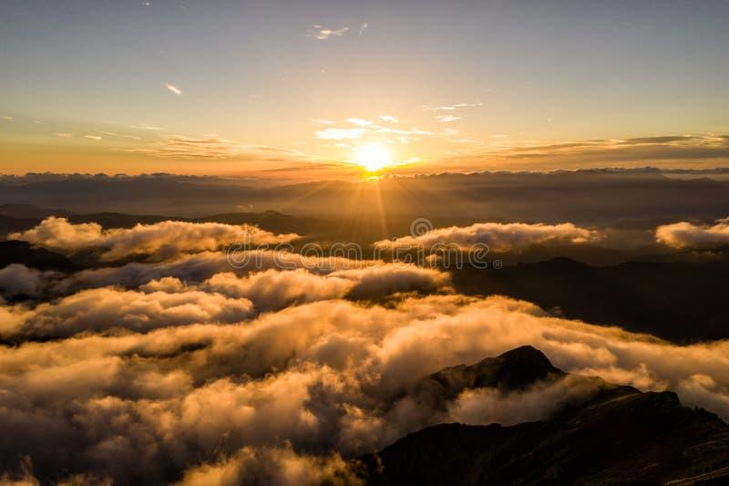 Powietrzna truteń fotografia - zmierzch nad Południowymi Japońskimi Alps, Japonia obrazy stock