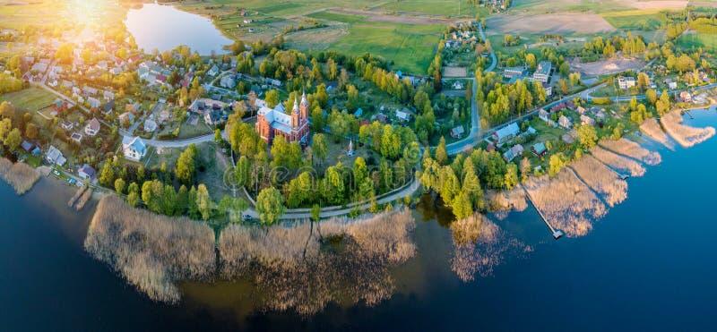 Powietrzna truteń panorama jezioro i mały miasto zdjęcia royalty free
