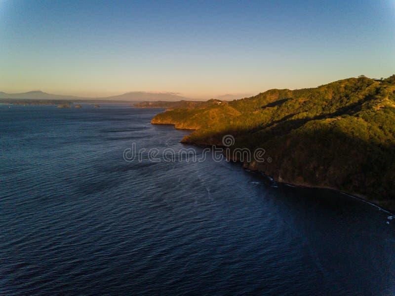 Powietrzna truteń panorama - Luksusowe dżungle i góry Pacyficznego oceanu wybrzeże Costa Rica obrazy royalty free