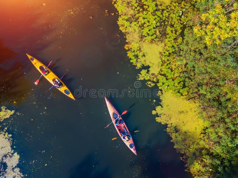 Powietrzna trutnia ptaka oka widoku fotografia Szczęśliwa rodzina z dwa dzieciakami cieszy się kajaka jedzie na pięknej rzece Chł zdjęcia stock