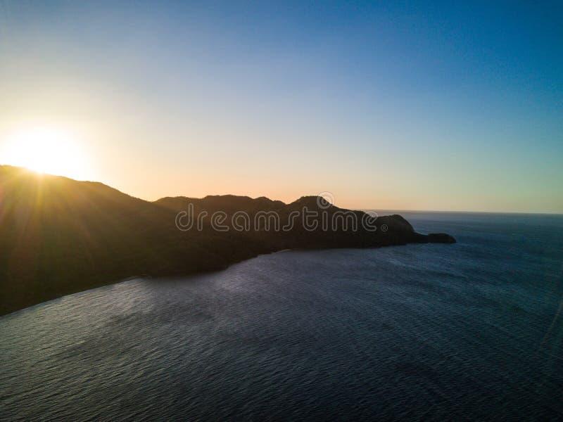 Powietrzna trutnia zmierzchu fotografia - Luksusowe dżungle i góry Pacyficznego oceanu wybrzeże Costa Rica obraz stock