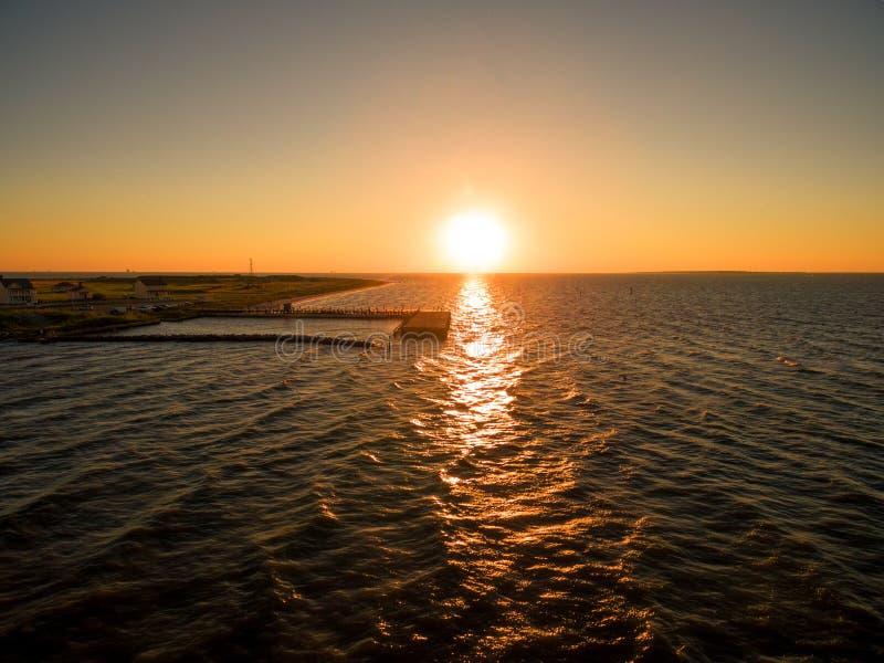 Powietrzna trutnia zmierzchu fotografia - Piękny oceanu zmierzch nad fortem Morgan, zatoka brzeg/, Alabama obrazy stock