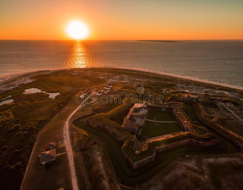 Powietrzna trutnia zmierzchu fotografia - Piękny oceanu zmierzch nad historycznym fortem Morgan, Alabama zdjęcie stock