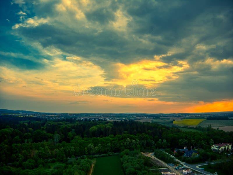 Powietrznego słonecznego dnia podeszczowe chmury zdjęcia stock