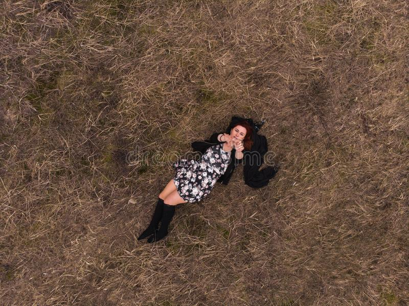 Powietrznego trutnia odgórny widok dziewczyny lying on the beach w śródpolni tanczyć i relaksować Być ubranym suknię z pończocham zdjęcie royalty free