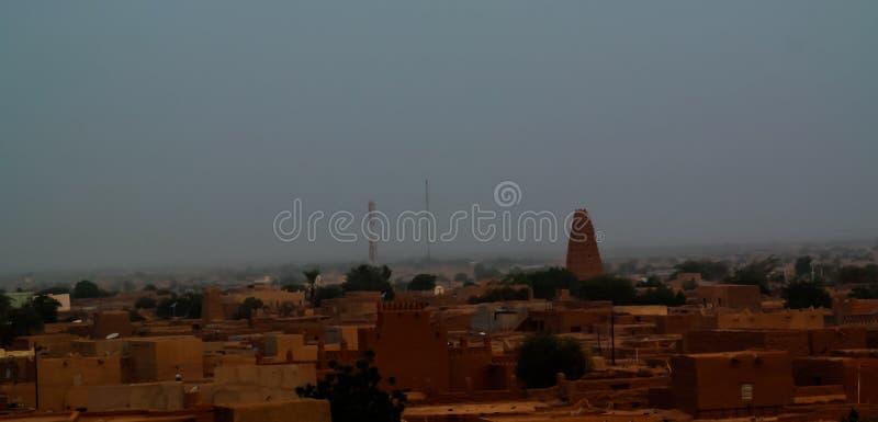 Powietrznego wschodu słońca panoramiczny widok Agadez stary miasto z Uroczystym Moscue, powietrze, Niger zdjęcie royalty free