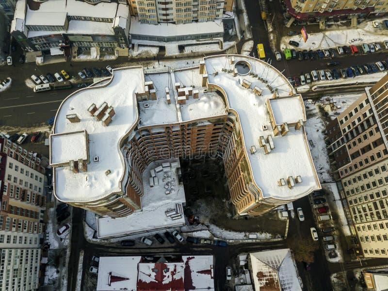 Powietrznej czarny i bia?y zimy panoramiczny odg?rny widok nowo?ytny miasto z wysokich kompleks apartament?w budynk?w ?nie?nym da obrazy royalty free