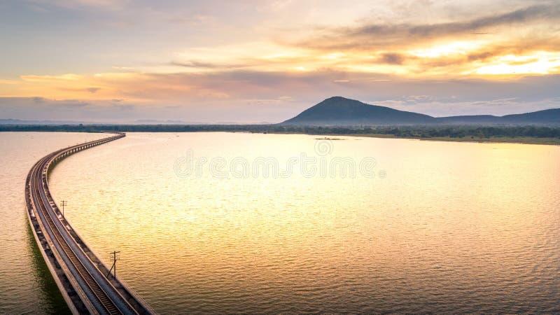 Powietrznej fotografii Kolejowy most Nad jeziora Pa Sak tamą Lopburi Thailan zdjęcie stock