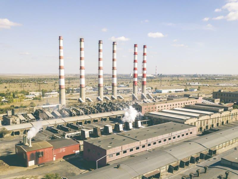 Powietrznej władzy elektryczna roślina z wysokimi przemysłowymi drymbami na letnim dniu f obrazy royalty free