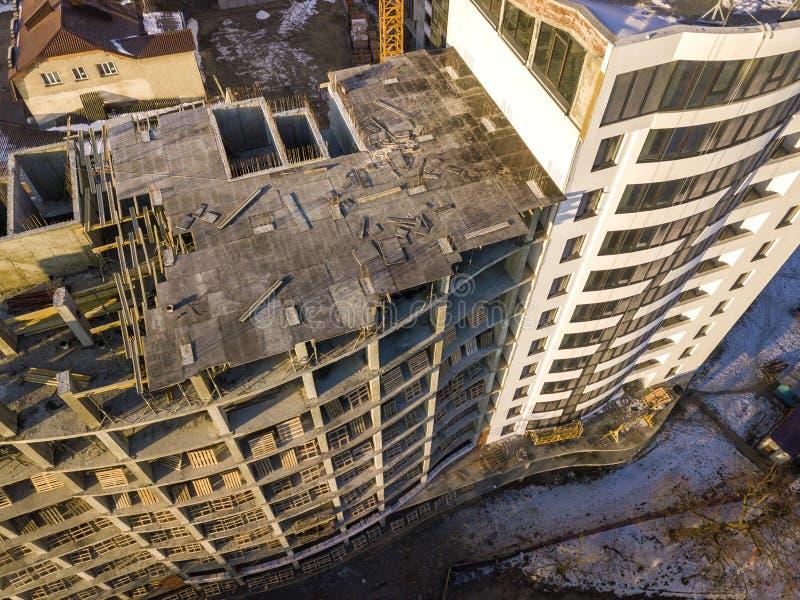 Powietrznej zimy odg?rny widok nowo?ytny rozwija miasto buduje z wysokim kompleks apartament?w w budowie, parkuj?cych samochody,  obrazy stock