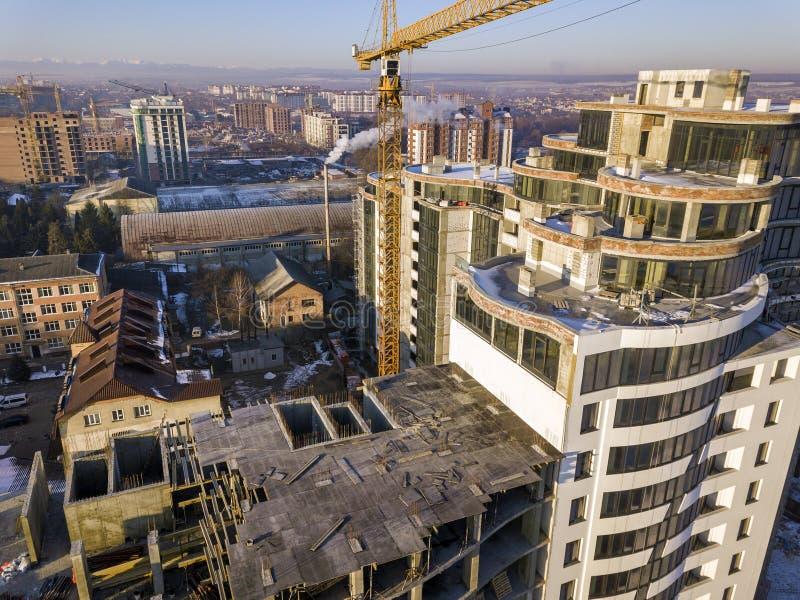 Powietrznej zimy odg?rny widok nowo?ytny rozwija miasto buduje z wysokim kompleks apartament?w w budowie, parkuj?cych samochody,  obraz royalty free
