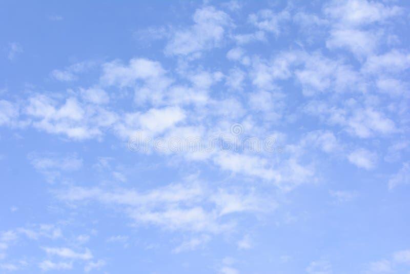 Powietrzny biel chmurnieje w lazurowym niebie Piękny tło zdjęcia stock