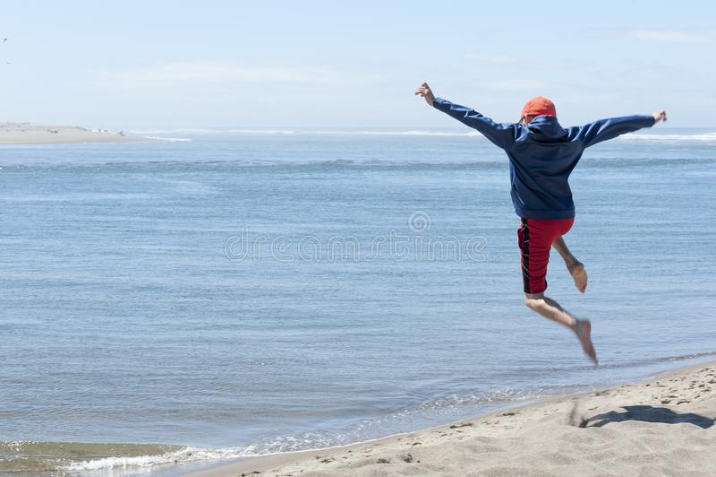 Powietrzny dziecko po skakać daleko piasek diuna obraz royalty free