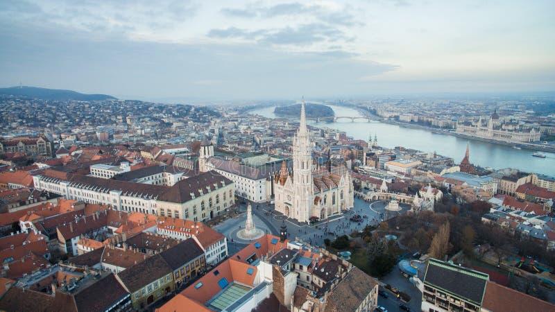 Powietrzny linia horyzontu widok Matthias ko?ci?? z Danube parlamentem i rzek? Pi?kny s?oneczny dzie? przy Budapest, W?gry, Europ zdjęcia royalty free