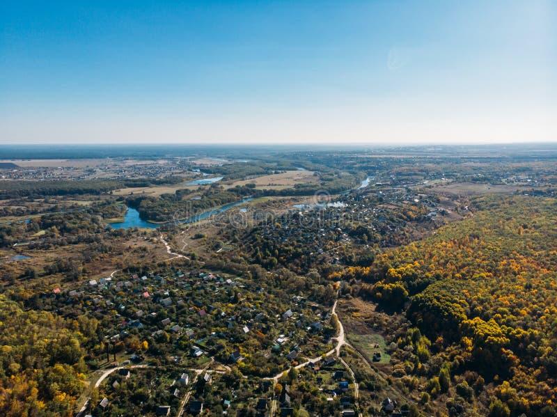 Powietrzny lub odgórny widok wioska w pięknej jesieni natury krajobrazu panoramie zdjęcie royalty free