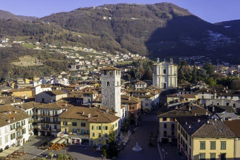 Powietrzny miasteczko blisko gór w Italy z historyczny kościelnym góruje zdjęcia royalty free