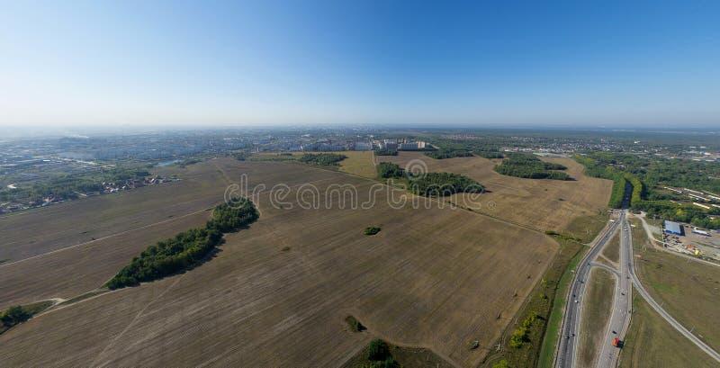 Powietrzny miasto widok z rozdroże budynkami i zdjęcia stock