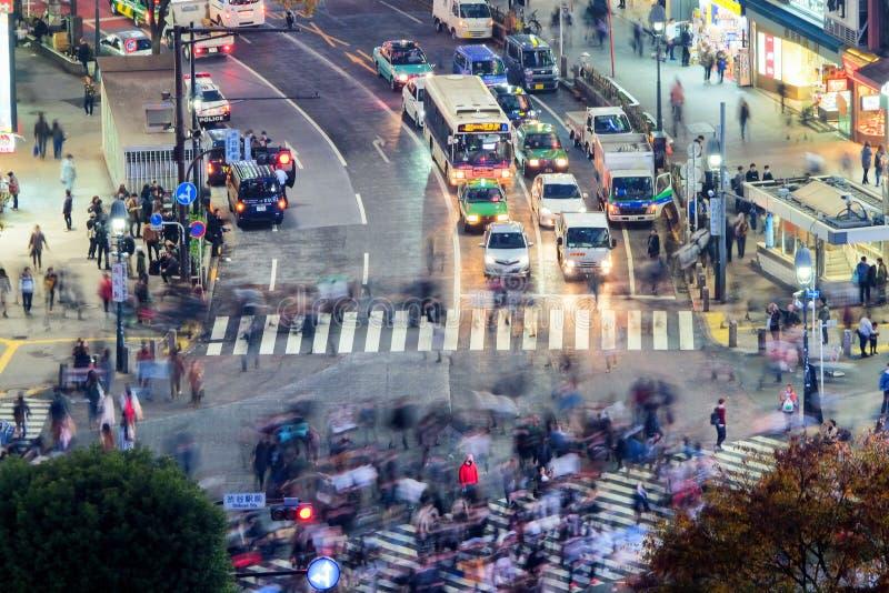 Powietrzny noc widok ruchliwie ulica Tokio i ruch drogowy, Japonia obraz stock