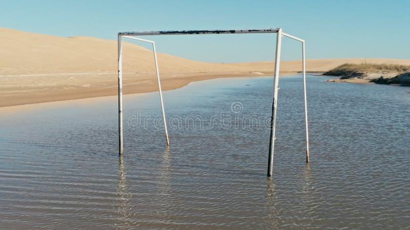 powietrzny obrazek piękna błękitna laguna obok pustynnych piasek diun z futbolową bramą w wodzie obraz stock