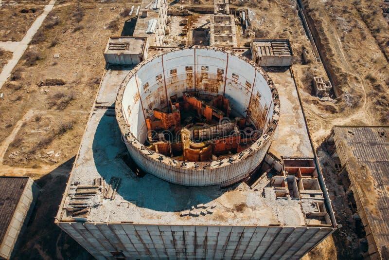 Powietrzny odgórny widok zaniechana i rujnująca elektrownia jądrowa w Shelkino, Crimea Wielka USSR przemysłowa budowa fotografia stock