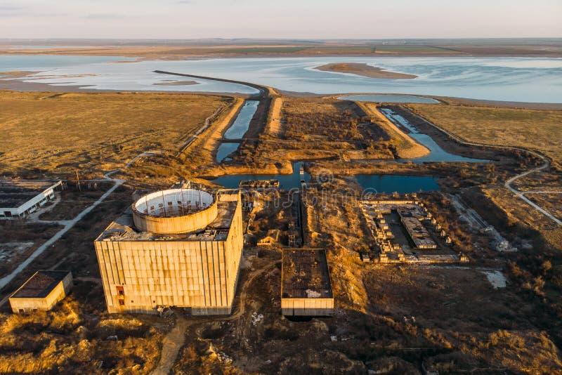 Powietrzny odgórny widok zaniechana i rujnująca elektrownia jądrowa w Shelkino, Crimea Wielka USSR przemysłowa budowa zdjęcia stock