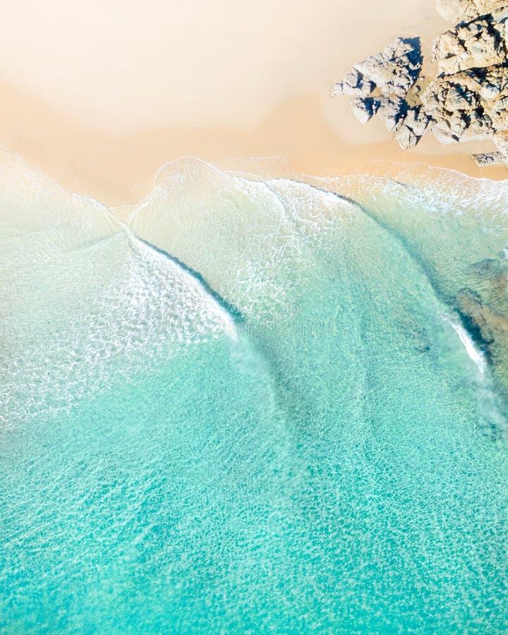 Powietrzny odgórny strzał plaża z ładnym piaskiem, błękitnego turkusu klimaty, wodnym i tropikalnym obraz stock