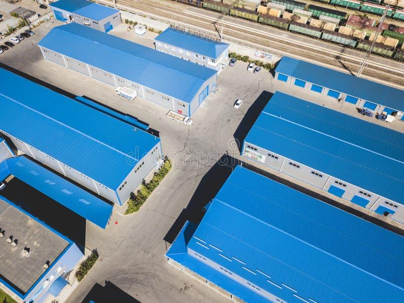 Powietrzny odgórny widok magazynów hangary blisko przemysłowej fabrycznej strefy f zdjęcia stock