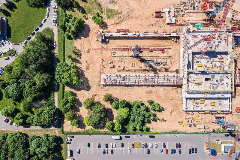 Powietrzny odgórny widok miasto budowa z przemysłową maszynerią i żurawiami obrazy stock