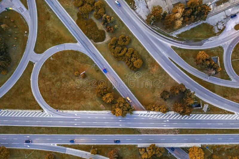 Powietrzny odgórny widok nowożytnej autostrady drogowy skrzyżowanie w jesieni zdjęcie royalty free