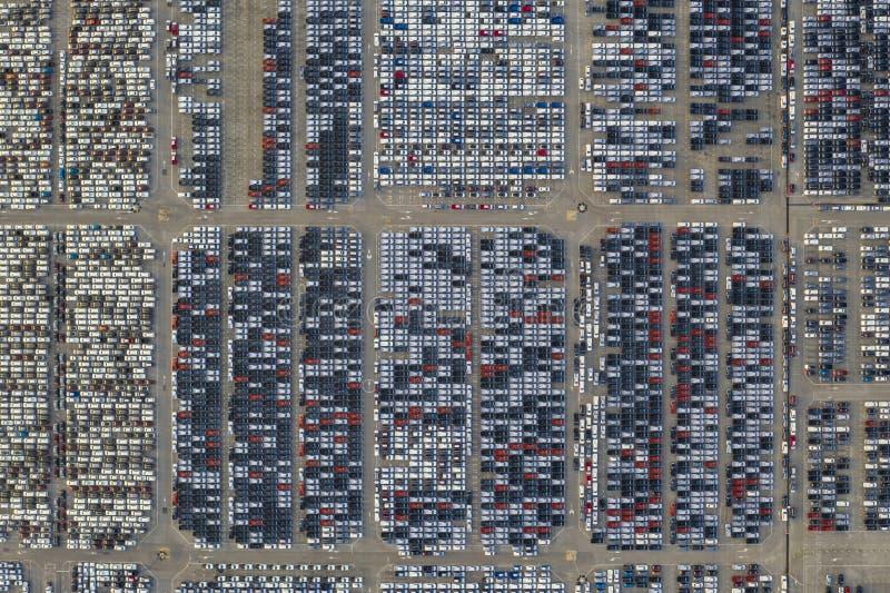 Powietrzny odgórny widok otwartej przestrzeni carpark z udziałami samochód fotografia royalty free