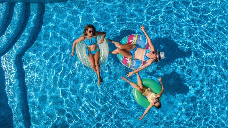 Powietrzny odgórny widok rodzina w pływackim basenie od above, szczęśliwa matka i dzieciaki, pływamy na nadmuchiwanych ringowych  fotografia stock