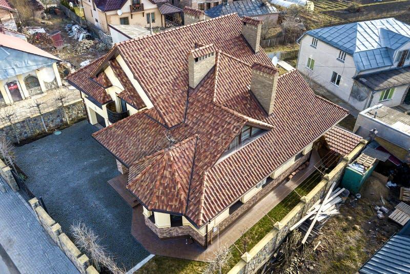 Powietrzny odg?rny widok kompleksu domu metalu gontu dach i wysocy ceglani kominy Dekarstwa, budowy, naprawy i od?wie?ania praca, obrazy stock
