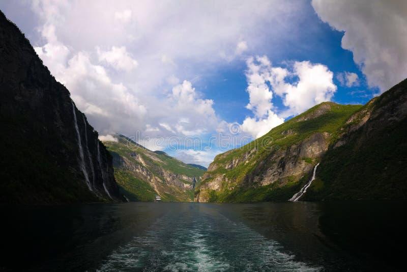 Powietrzny panorama widok Geiranger fjord, Mollsbygda i Siedem siklaw, siostr i Geitfossen, Norwegia obraz stock